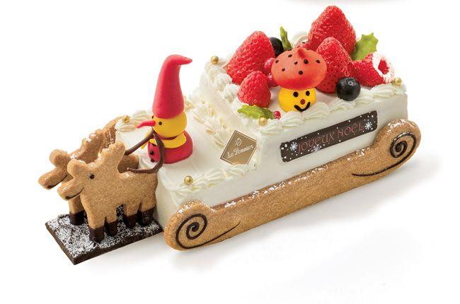 ル・ポミエ(日本橋三越限定)<br>「ル・トレノー・ドュ・ノエル」<br>チョコレートのニッセ(妖精)とサブレのトナカイが、ソリでプレゼントを運ぶ、かわいすぎるいちごミルクのケーキ。中には苺のジュレとコンデンスミルクのクリームがたっぷり。<br>5,940円(税込)。約10×23×高さ10cm 。予約受付中〜12/13。受け取り12/22〜24