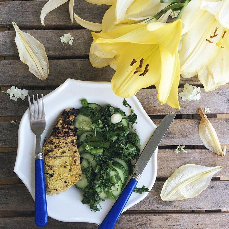 """Пряная  куриная грудка """"Карри"""" Рецепт : Готовим с вечера👉🏻 моем филе курицы ( у меня ~1 кг), делаем небольшие надрезы на ней и заливаем кефиром (~150 мл), так чтобы он наполовину накрывал курицу, добавляем 1-2 столовые ложки соевого соуса и смесь специй """"Карри"""" по вкусу. Убираем на час-ночь в холодильник. Затем жарим на сковороде/мангале/гриле или запекаем в духовке при 200 градусов до готовности. Если вам понравился рецепт, ставьте 💛, и его легко будет  найти в понравившийся публикациях"""