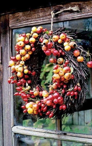 Små äpplen (eller är det körsbär?) och röda nypon i en fin höstkrans. / Catilda - - - - - - Autumns Plum Purple