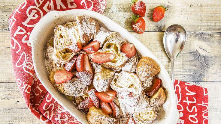 Milujete líné nedělní snídaně? Tato voňavá a dozlatova upečená dobrota s jahodami pro vás bude ideální. Hrozí ovšem nebezpečí, že vylepšené žemlovky se nebudete moct nabažit.
