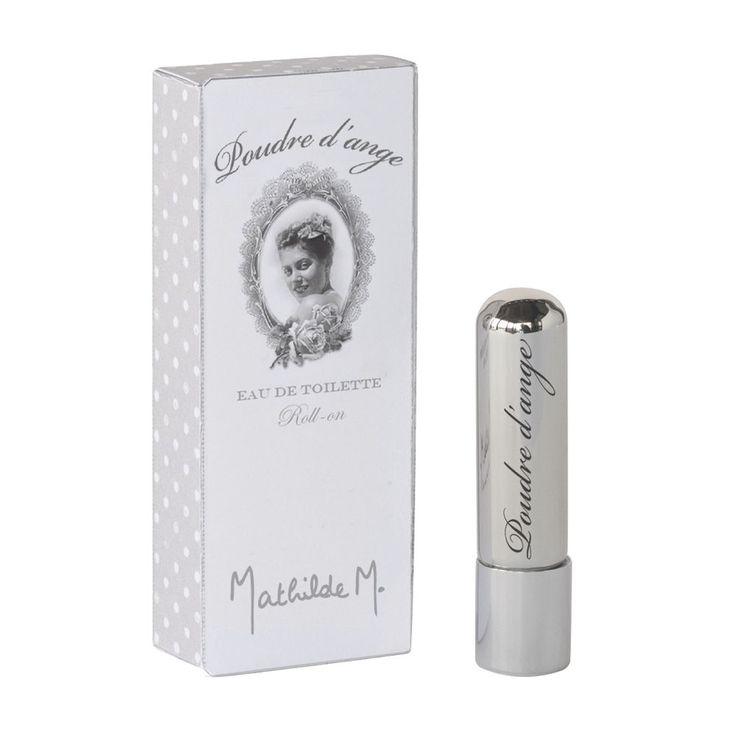 Des notes fleuries et poudrées. La caresse d'une aile d'ange… pour des personnalités douces et rêveuses.  Ce parfum huileux, très doux sur la peau, s'utilise par petites touches sur les zones que vous souhaitez parfumer.  Le roll-on est un clin d'œil aux parfums solides, souvent appelés « concrètes de parfum », qui sont une autre forme de parfum huileux.  Astucieux et pratique, le roll-on se glisse dans le sac pour une retouche parfumée à n'importe quel moment de la journée.