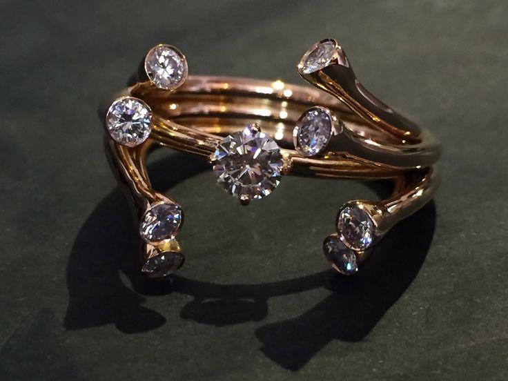 Anello diamanti oro rosa, contemporaneo di mpjewelsmilano su Etsy https://www.etsy.com/it/listing/526842158/anello-diamanti-oro-rosa-contemporaneo