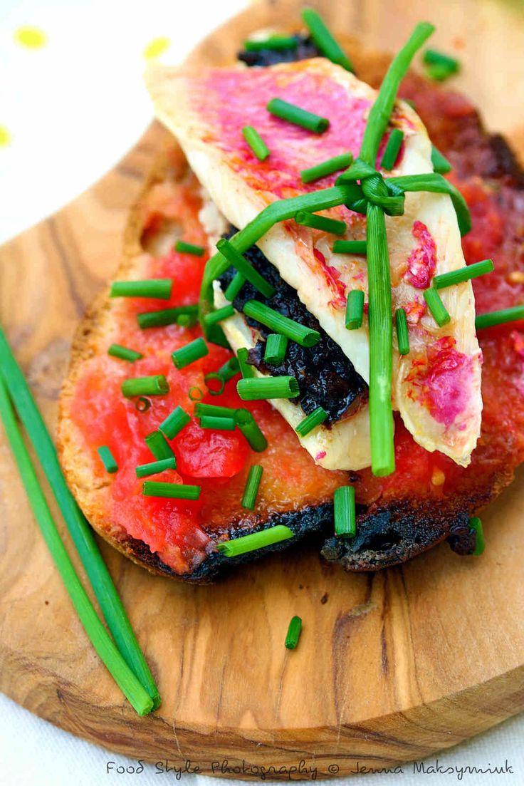 Tartine de filets de rouget grillés à la tapenade