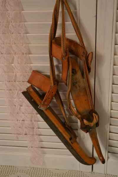 Oude houtjes/schaatsen  (Old iceskates) www.blossombrocante.nl