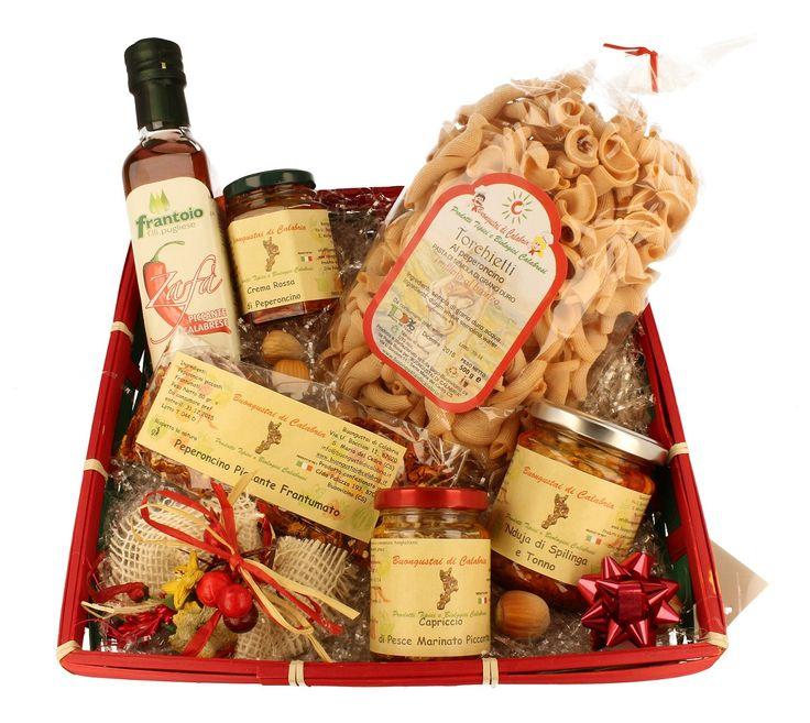 Hai una cena con amici e non sai cosa preparare? Acquista una bottiglia di #Vino #Cirò #Bio e i prodotti del #Cestino #Piccante, vedrai che renderai la tua serata entusiasmante!!! La confezione contiene 6 #prodotti #tipici: - #Torchietti al #Peperoncino (500 gr); - #Peperoncini #piccanti #frantumati (80 gr.); - #Nduja di #Spilinga con #Tonno (180 gr); - #Capriccio di #pesce #Marinato #Piccante (100 gr.); - #Crema #Rossa di #Peperoncini (95 gr.); - #Olio Zafà al #peperoncino (25 cl).