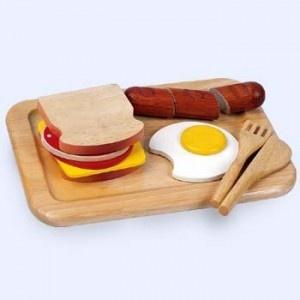 Dit houten ontbijtset bestaat uit een houtensnijplank, houten mes en vork, spiegelei, boterhammen met beleg en een snijbare worst (klittenband verbinding).