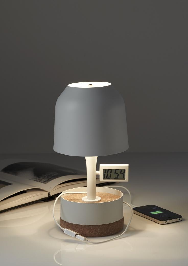 Top design et super Geek sur http://www.utileetfutile.fr/arik-levy/1463-lampe-a-poser-hodge-podge-reveil-design-arik-levy-pour-forestier-chez-utile-et-futile.html, Avec Hodge Podge, le designer Arik Levy associe avec brio le liège et le métal pour créer une lampe de chevet au style sobre et élégant. Alliant style & fonctionnalité, cette lampe multifonctions propose de recharger votre mobile ou mp3 et fait également office de réveil !