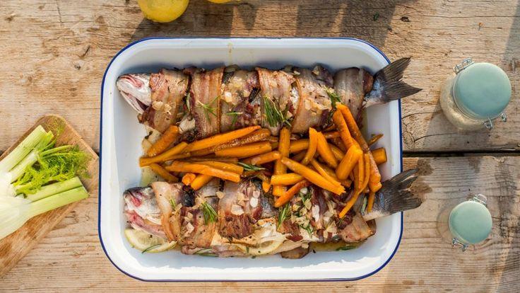 Receta   Lubina a la plancha envuelta en beicon y zanahorias bio glaseadas - canalcocina.es