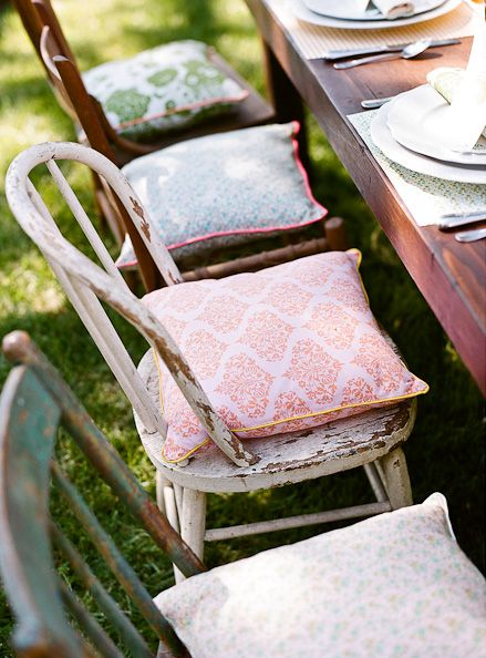 chairs decoration pillows