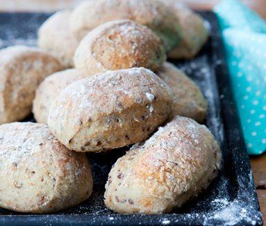 Välsmakande färska morgonbröd att bjuda familjen på. Lättbakade bullar som  innehåller både linfrön och fiberhavregryn. Servera gärna varma med blåbärssmoothie.