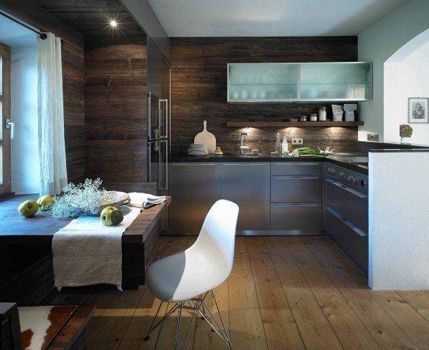 So wohnlich können Edelstahlfronten wirken. Am kleinen Esstisch in dieser Wohnküche schnippelt man Gemüse, plaudert, spielt ... (Foto: werkhaus küchenideen - vereint Schreinerhandwerk mit einzigartigem Design www.werkhaus.cc)