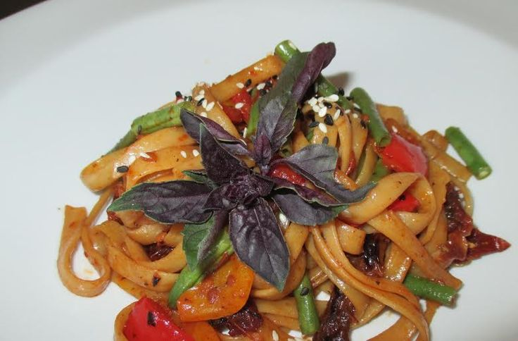 A mouth-watering combination; pasta, fine beans, peppers, sundried tomato & basil. #vegetarian #pasta #Cloudsestate http://cloudsestate.com/gallery.html