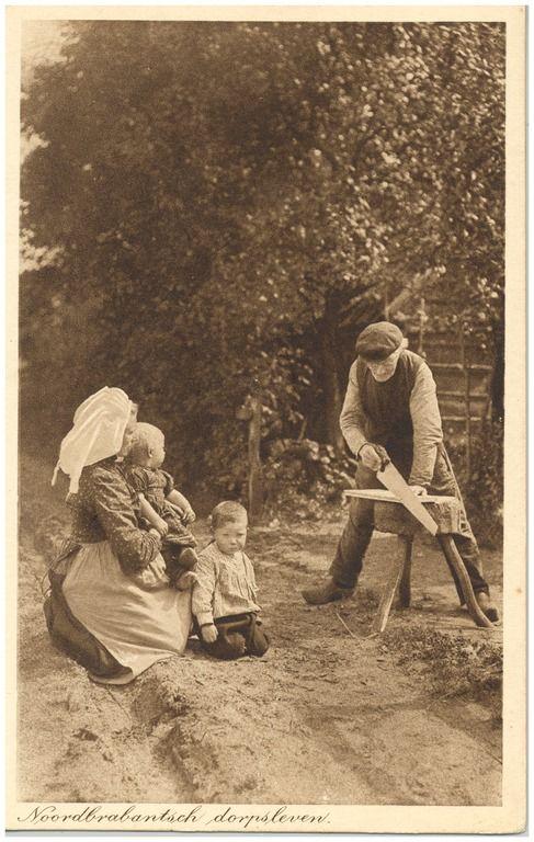 Het zagen van een plank door de boer, met ernaast een vrouw met twee kinderen #Brabant