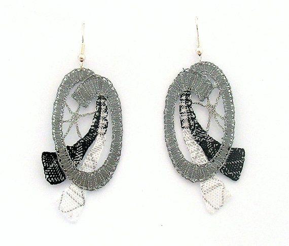 Questo unico e moderno orecchini sono fatti a mano con pizzo a tombolo in cotone nero, grigio e bianco con filo metallico dargento. Pizzo è indurito