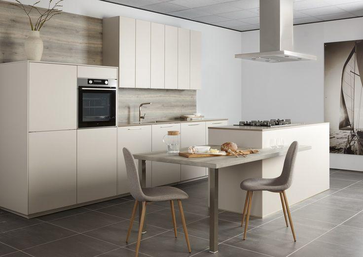 Nieuw in het assortiment 2016 bij Bruynzeel Keuken Optima deurtype Accent. Deur is rondom gelakt. De keuken is zowel greeploos, Tip on als met grepen mogelijk. In het zandgrijs greeploos afgebeeld.