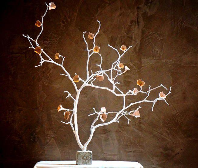 Laetitia Laronze - Ces fleurs poétiques et intemporelles sont issues de  la douce alchimie entre la terre et les impressions de vieilles dentelles. Elles se veulent légères et aériennes et forment ainsi de vraies compositions poétiques.