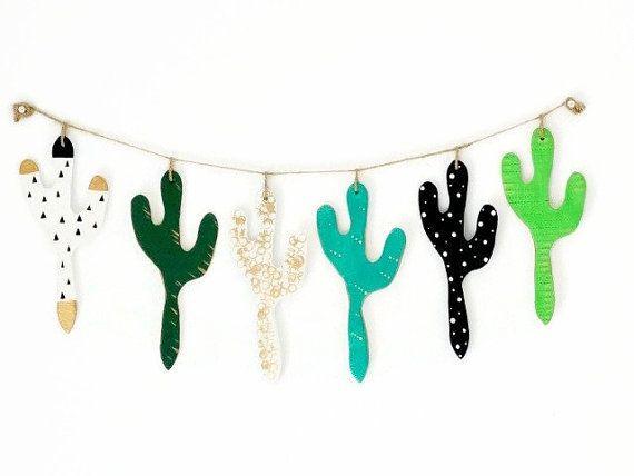 Cactus Bunting / guirlande suspendus décoration murale  Individuellement, couper et cactus argile peintes à la main. Une funky, fraîche décoration moderne idéale comme cadeau pour quelquun que vous aimez, ou une gâterie juste pour vous !  Idéal pour mur de remplissage des espaces dans nimporte quelle pièce spécialement une chambre enfant, crèche, salle de jeux ou nimporte quelle pièce avec un thème désert, désert ou nostalgie.  Ce Bruant ressemble aussi beaucoup sur un murs de fonction par…