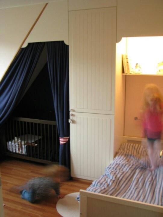 Bedstee Twee kinderen slapen op één kleine kamer. De bedstee is ...