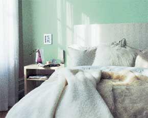 Sänggaveln som står direkt på golvet är jättelätt att göra. Du fixar till den på en kväll om du är lite händig och har tillgång till en häftpistol....