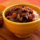 Chili met zwarte bonen uit de slow cooker, uit het kookboek 'De slow cooker' van Sara Lewis. Kijk voor de bereidingswijze op okokorecepten.nl.