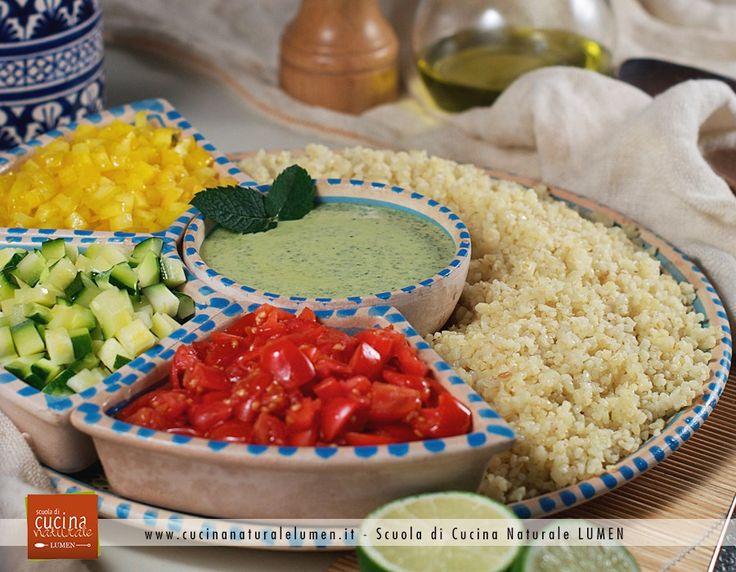 Passiamo ora a questa coloratissima ricetta; il Taboulé di bulgur e dressing alla menta! Il Taboulè è una pietanza tipica del Medio Oriente, a base di bulgur e verdure, che si presta a numerose varianti soprattutto per le verdure ed il condimento.