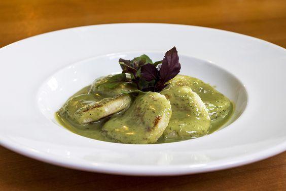 Ravioli de Tapioca com molho de ervas da chef Morena Leite do restaurante Capim Santo. Aprenda a fazer essa receita deliciosa e saudável