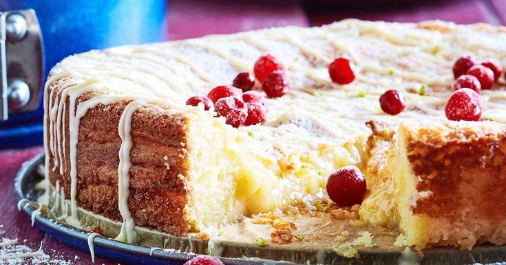 Helppotekoinen valkoinen mutakakku valmistetaan valkosuklaasta. Koristele gluteeniton kakku happamilla puolukoilla.