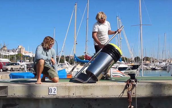 A dupla de australianos criou um contentor flutuante capaz de retirar uma grande quantidade de lixo que se encontra nos nossos oceanos. ..                                The pair of Australian CREATED A CONTAINER Floating Able To remove A Great Waste Quantity IS IN OUR Oceans .