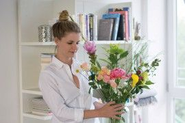Flower Workshop Bloomon Linda arranging Flowers