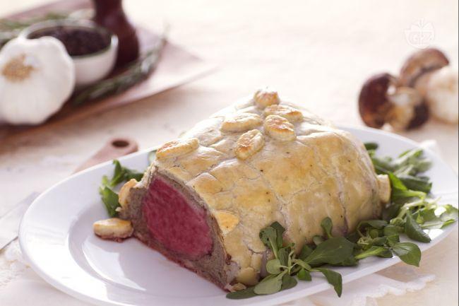Il cuore di scamone in crosta con lardo e porcini è un secondo piatto di carne gustoso a base di una pasta brisè,  arricchito dal lardo e dai porcini.