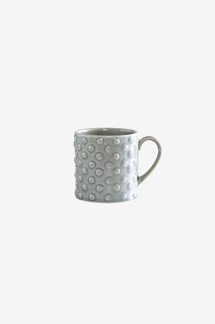 Glaserad handgjord keramik med bubblig yta som gör koppen lika dekorativ som praktisk. Material: Keramik. Storlek: Höjd 9 cm, ø 8 cm. Beskrivning: 1-pack mugg i glaserad handgjord keramik med bubbelstruktur utvändigt. Skötselråd: Tål micro och maskindisk. Tips/råd: Det klassiska utseendet i PORTO serien gör att du kan matcha med både enfärgad och mönstrad textil.