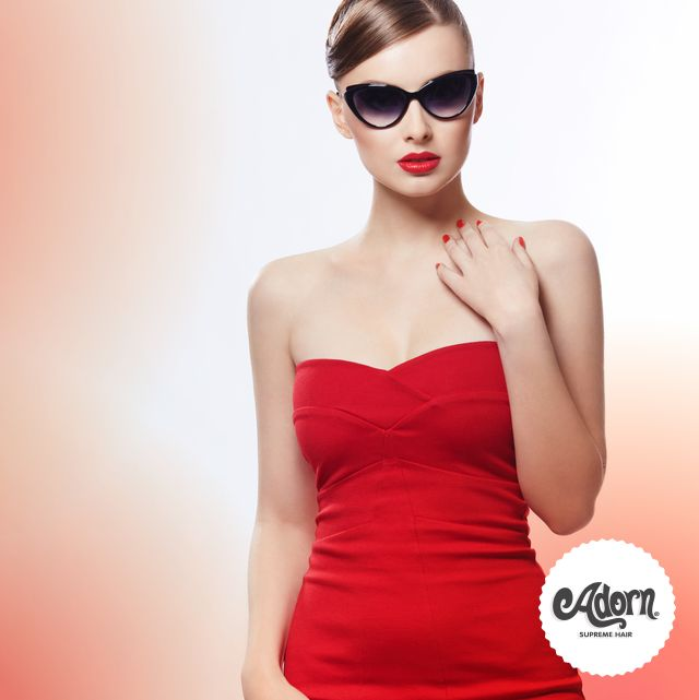 Vera diva anche con il caldo? Spalle nude, vestitino rosso fuoco e occhiali da sole