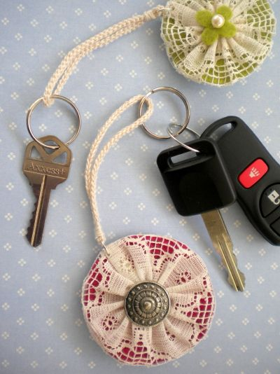 Double sided Yo-Yo key fobs.  Fun with fabric yo yos: inspiration, patterns, projects and tutorials
