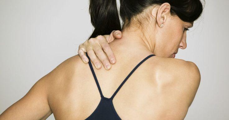 Causas de dores no ombro e braço esquerdos. A dor no braço esquerdo e no ombro pode ocorrer em qualquer pessoa, embora certas condições médicas e hábitos pessoais possam aumentar o risco de desenvolver este tipo de dor. Pessoas com dor fraca a moderada no ombro e braço esquerdos podem obter alívio através da proteção dessas partes do corpo, descanso, bolsas de gelo, compressão e elevação. ...