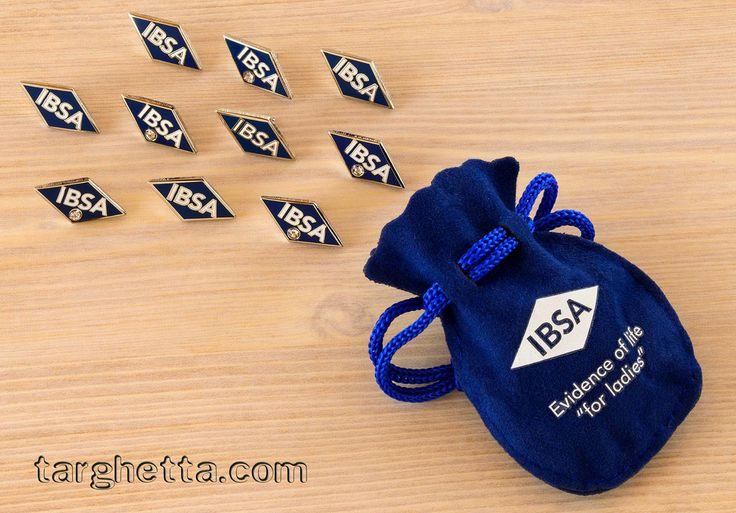 le spille con sacchetto personalizzato e brillantini incastonati le trovi solo su https://www.spille.com/spille/pins-resinate
