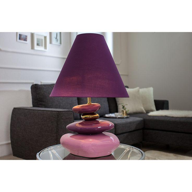 Stolová lampa Elegance  Rozmery: Ø40cm  Výška: 60cm  Material: Porcelán - Pozlátený kov  Tienidlo: 40x30x40cm Violett/fialová látka  Svetelný zdroj: 1 x E27 max 40W  Táto lampa má verzie pre žiarovky trie