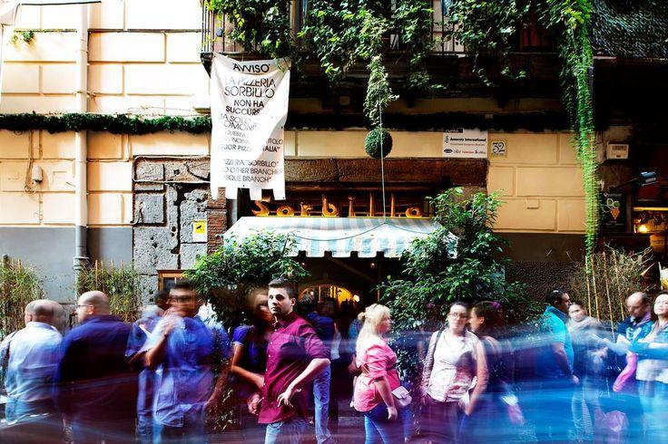 Gino Sorbillo gilt als der beste Pizzabäcker in Neapel. Sein Weg zum Erfolg war jedoch steinig: Er bekam es mit der Mafia zu tun, sein Restaurant wurde niedergebrannt und er musste sich den Touristenströmen stellen.