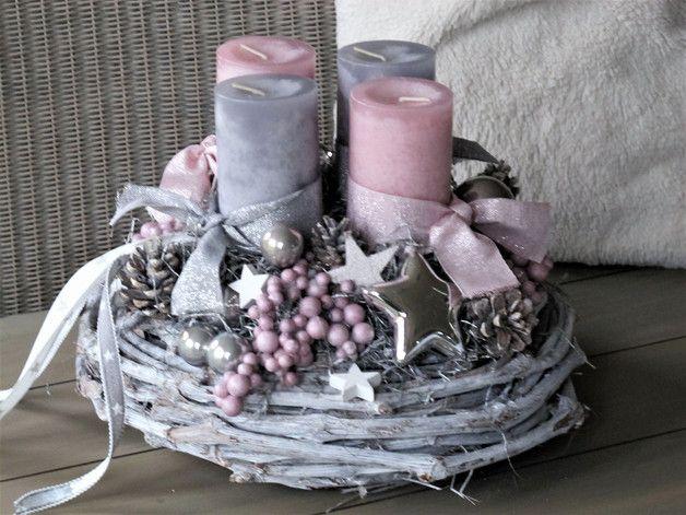 **Adventskranz ★STERNENTRAUM ★** Der geweißte Rebenkranz wurde mit rosafarbenen und grauen Kerzen, welche mit farblich passenden Bändern umwickelt sind, bestückt. Graue und silberne Kugeln,…