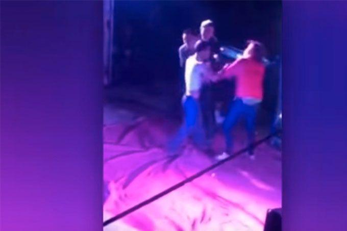 ¡Qué vergüenza! Golpeó a su pareja por bailar con una stripper