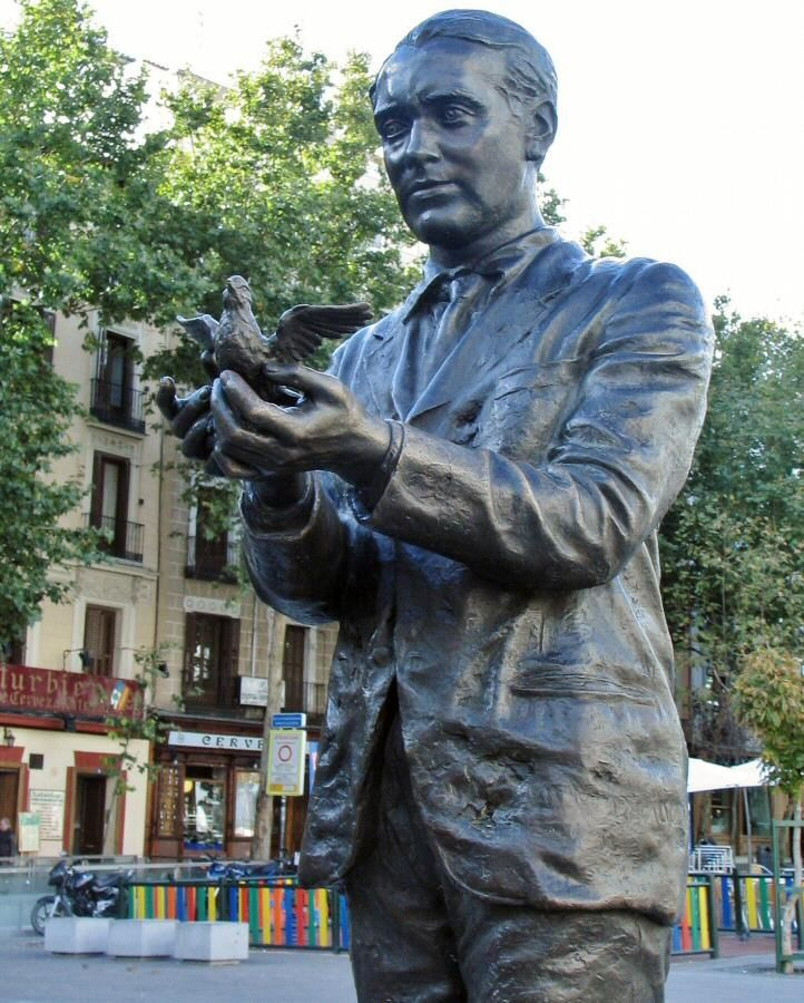 Estatua de García Lorca en la plaza de Santa Ana de Madrid