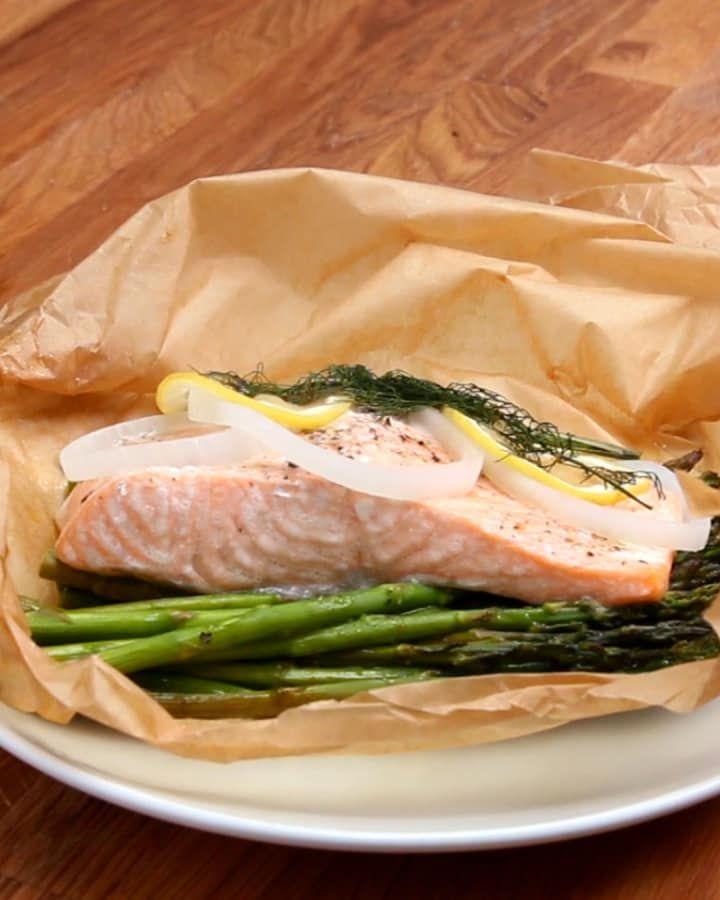 Você vai precisar de:Papel manteiga ou papel alumínio200g de aspargosAzeite a gostoSal e pimenta a gosto170g de salmão sem pele3 fatias de cebola2 fatias de limão1 raminho de endro (dill)Modo de preparo:1. Preaqueça o forno a 180ºC.2. Dobre o papel manteiga ao meio, depois abra-o. 3. Em uma das metades, coloque os aspargos. Regue com azeite e polvilhe sal e pimenta. 4. Coloque o salmão sobre os aspargos e adicione mais azeite, sal e pimenta. 5. Coloque a cebola, o limão e o endro sobre o…