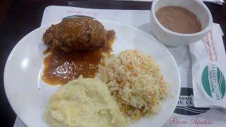Está com frio, fome e sem muita ideia do que comer hoje? Então seus problemas acabaram... mentira né, hoje vou apresentar um prato bem tradicional e que não precisa ter nenhuma ideia genial pra pensar. O Bife à Rolê do Restaurante Rio de Contas! Ficou curioso? Leia mais uma das minhas críticas e aproveite para seguir o Diário Gastronômico do XinGourmet (y)  #Bife #Rolê #arroz #feijão #purê #almoço #comida #Restaurante #executivo #carne #batata #grega #legumes #cenoura #pimentão #linguiça…