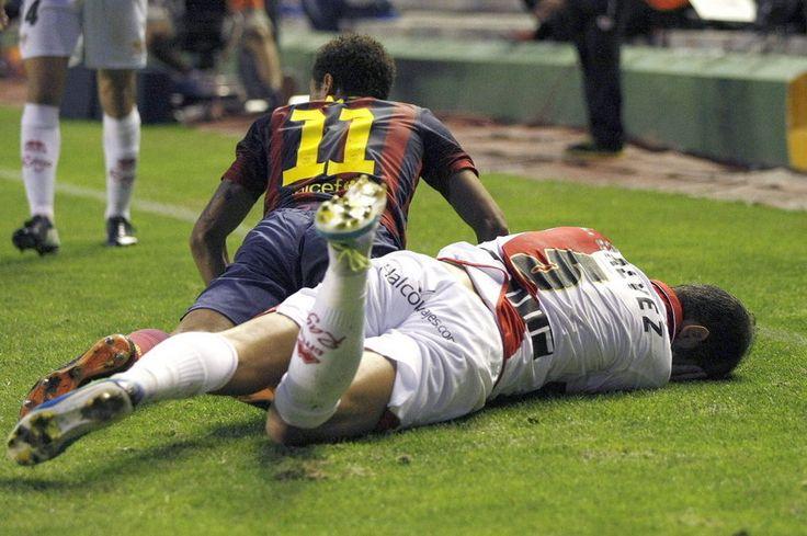 El defensa del Rayo Vallecano Álex Gálvez y el brasileño del FC Barcelona Neymar da Silva durante el partido