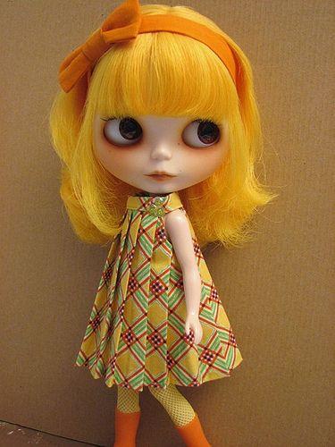 Con cabello amarillo.