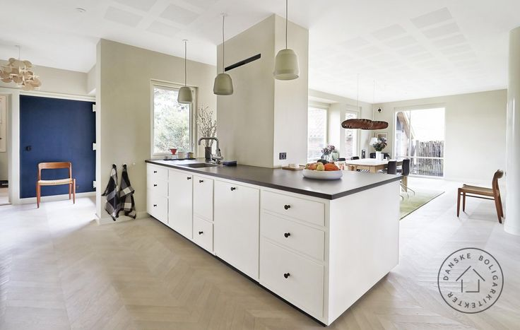 Denne arkitekttegnede 1950'er villa har fået et snedkerkøkken, der matcher stilen og hustypen. Huset er ombygget af arkitekt maa Anders Barslund/Danske BoligArkitekter.