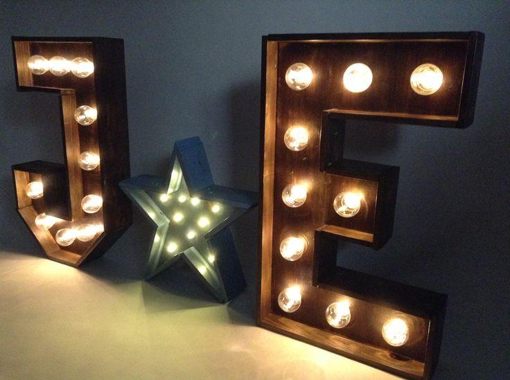 Letras y estrella en madera reciclada con luz