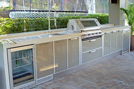 Outdoor-Küchen sind sehr populär geworden. Die Industriellen entwerfen sie zu Hause, um den ultimativen Unterhaltungsbereich zu schaffen. Sie sollten alle wesentlichen Merkmale haben, ein paar große tiefe Schubladen, Stauraum für die Lagerung, Kühlung, Spülen und Vorbereitungsbereiche Es gibt viele Optionen für Kunden.