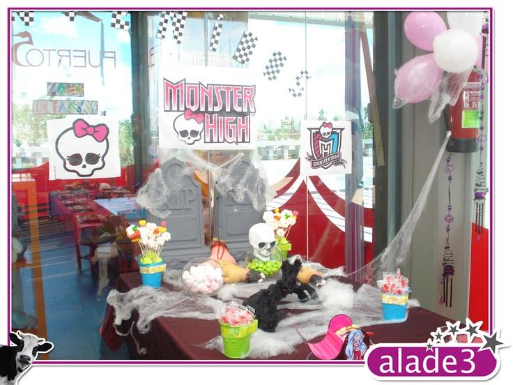 Fiesta Monster High. Decoración de la mesa antes de la llegada de los invitados