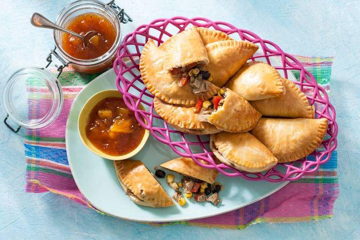 De vulling met knoflook, mais en zwarte bonen en geeft deze deeghapjes een op en top Mexicaans tintje - Recept - Allerhande