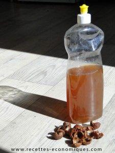 Liquide vaisselle aux noix  - prendre 30 noix : ou 60 demi noix - les mettre dans 0,5 litre d'eau et bouillir 15 mn- laisser « infuser » une nuit ou 12h- filtrer ( les noix peuvent aller au compost)- dans un vieux flacon de liquide vaisselle, mettre le jus des noix, 0,5 litre d'eau, 1 cc de bicarbonate de soude, et 35 gouttes d'huile essentielle de votre choix - remuer et voilà c'est tout - ça mousse un peu, si vous aimez la mousse, vous pouvez ajouter 3 cs de liquide vaisselle…